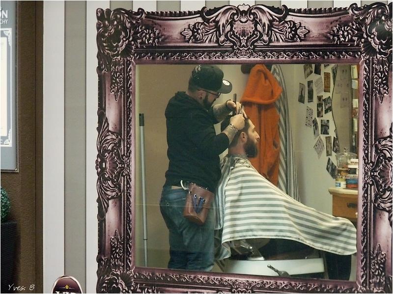 Dans le miroir du coiffeur