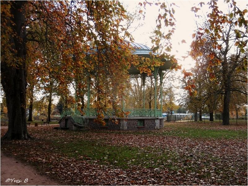 Le kiosque à l'automne