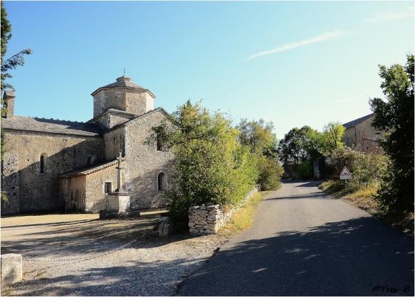 Village de Larnas l'église