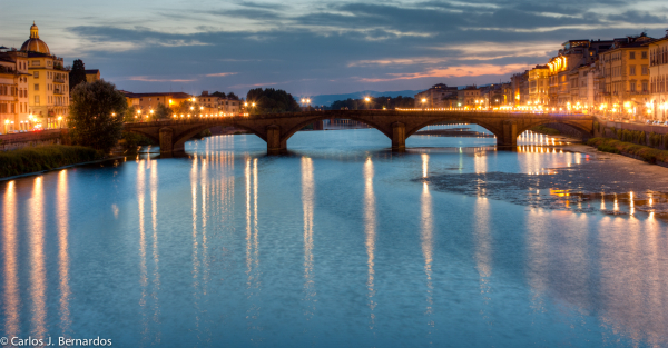 Photo of a bridge of Florence at night