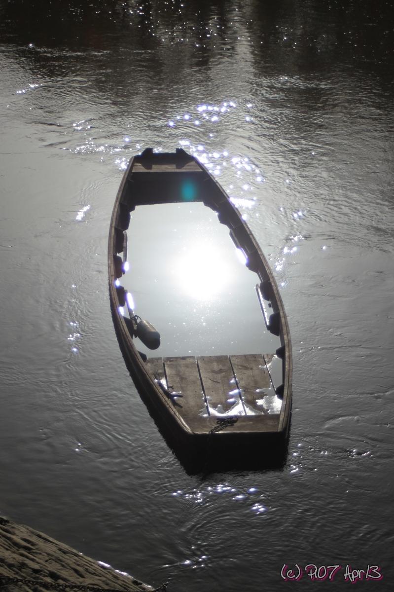 reflet du soleil dans un e barque coulée