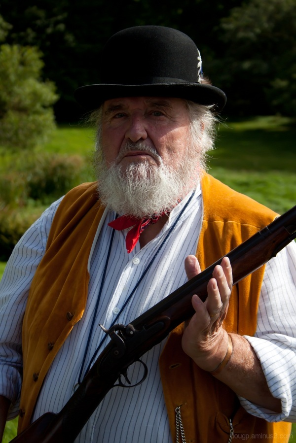 Keep yer ands orf my musket !