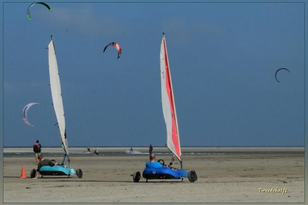 strandzeilers en kitesurfers op schiermonnikoog