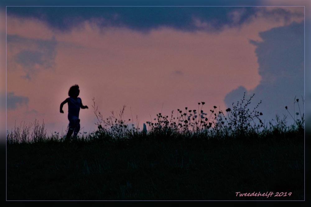 jongen aan het hardlopen op de Lekdijk