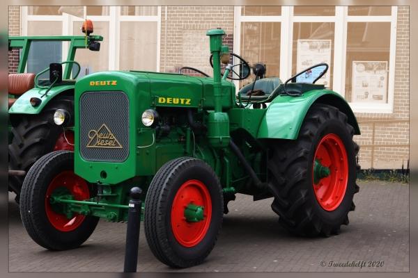 een aantal tractoren staan opgesteld