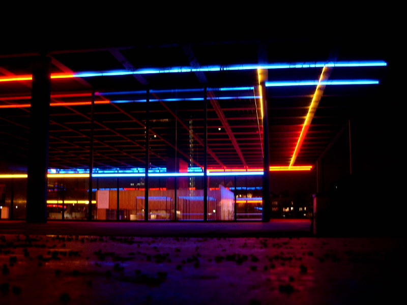 Neonlicht in den Pfützen der Großstadt