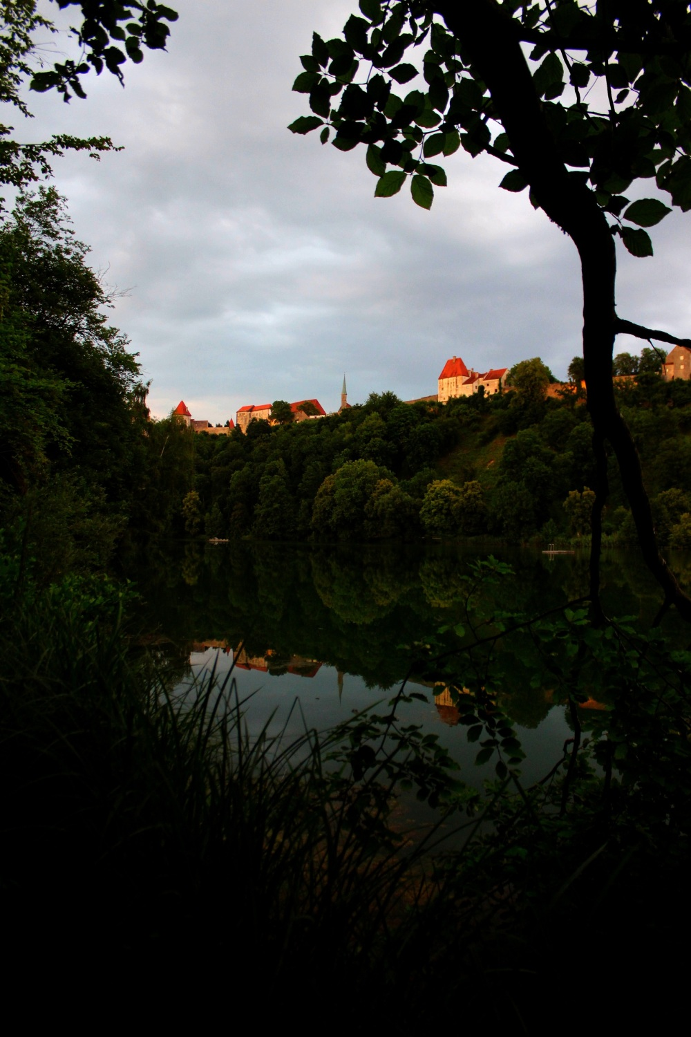The Wöhrsee reflects on Burghausen's Burg