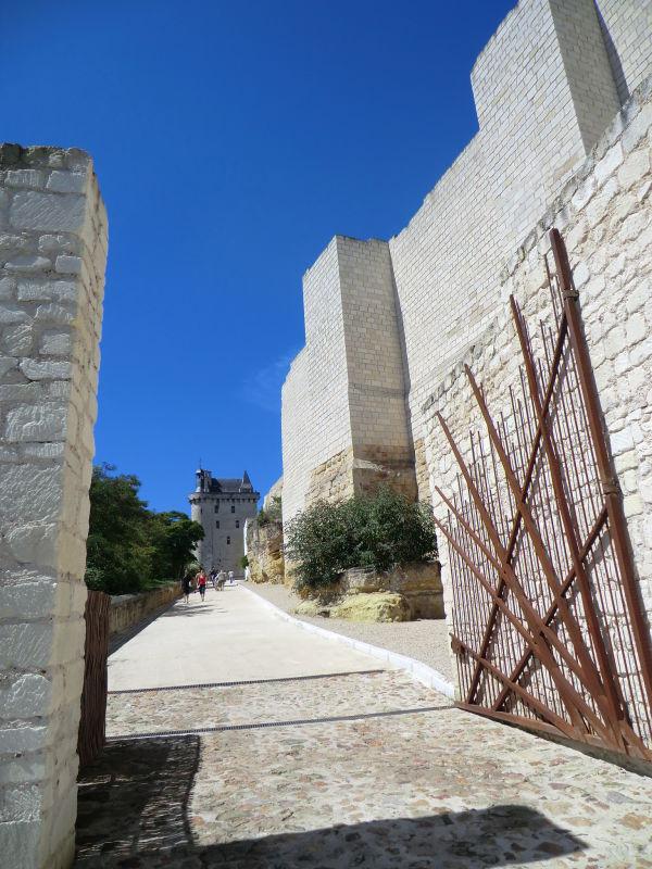 La grille d'entrée de la forteresse de Chinon