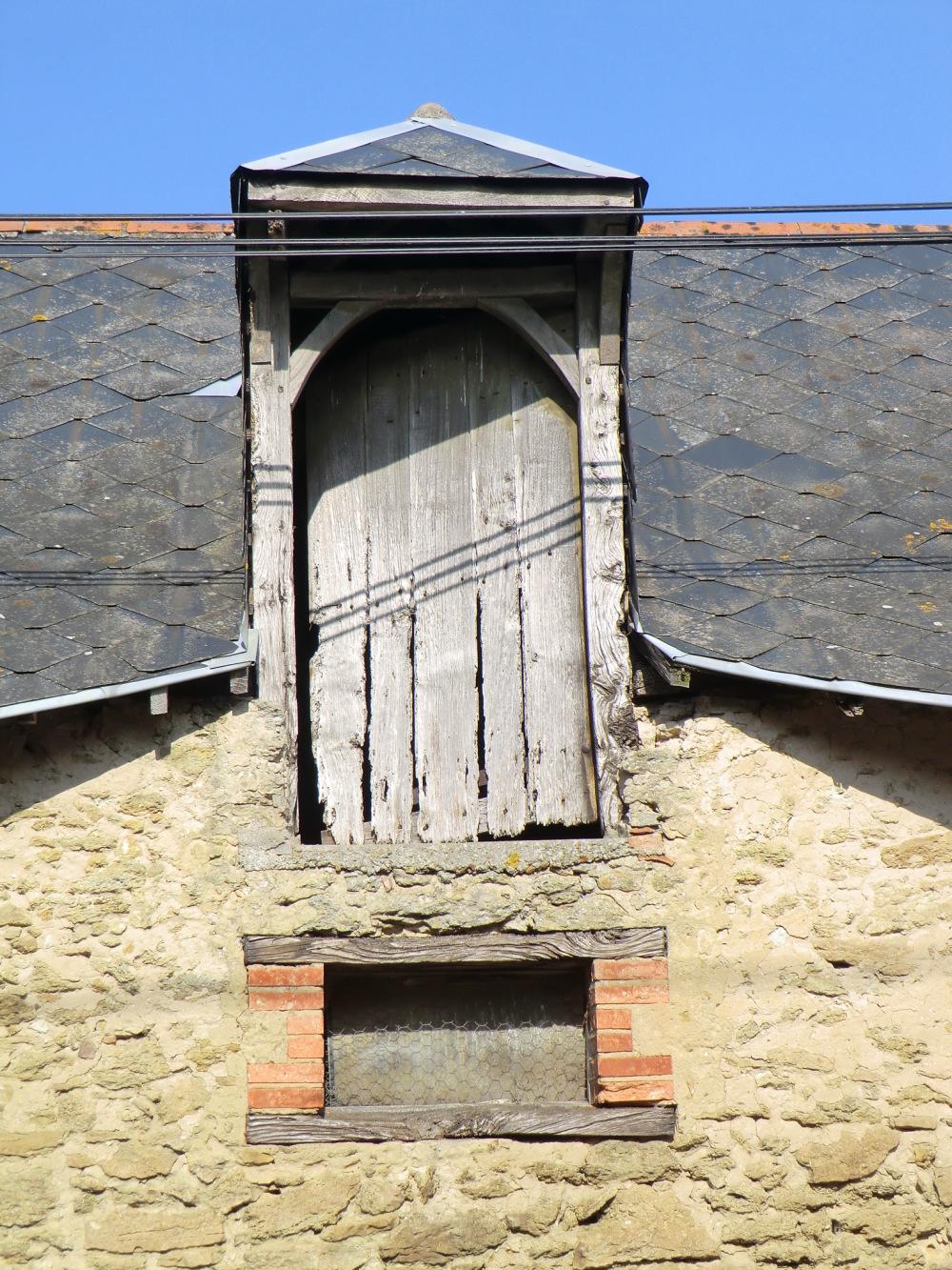 fenêtres du logis du château du Verger....
