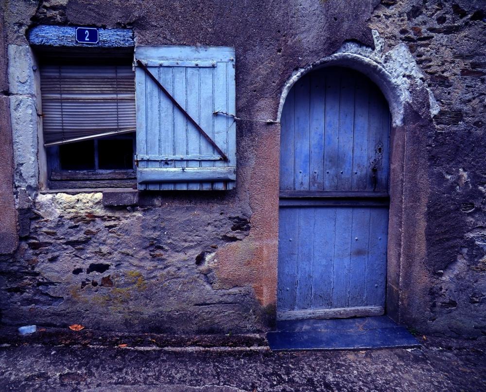 Le mystère de la porte bleue.....
