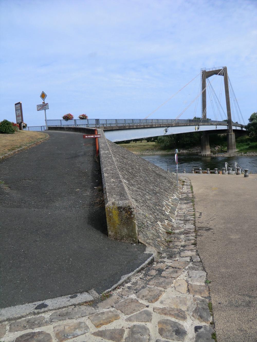 Sous ou sur le pont Haubané