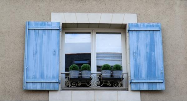 Le bleu ardoise de l'Anjou à la fenêtre....