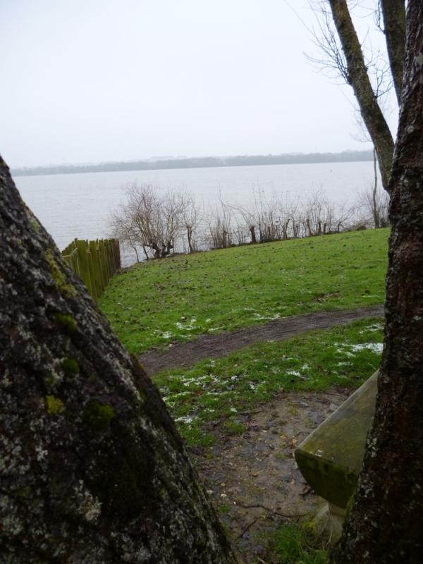 Le lac de Maine se pose sur son bois écaillé...