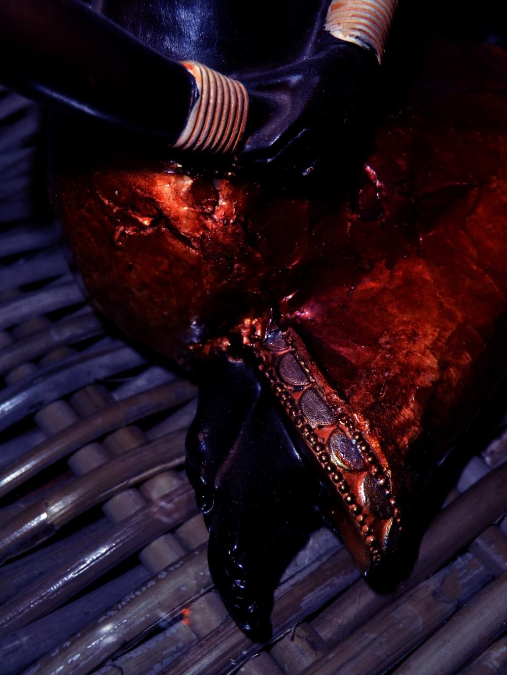 Corps bleu métal paré d'une jupe cuivrée de bronze