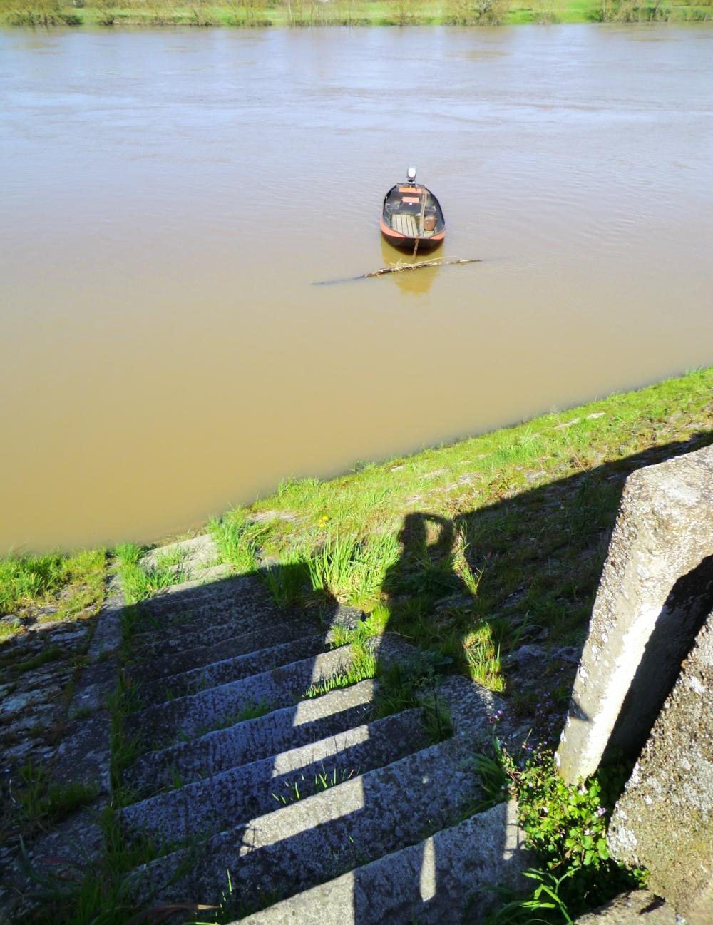 L'ombre s'immobilise au tournant de la barque