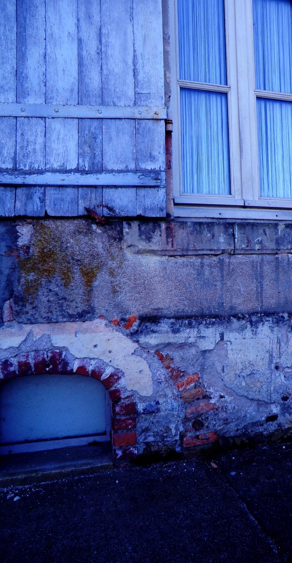 Brique enchante au verre bleu azur de la fenêtre
