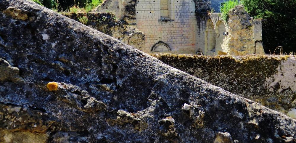 Monter aux gradins de l'amphithéâtre au Prieuré