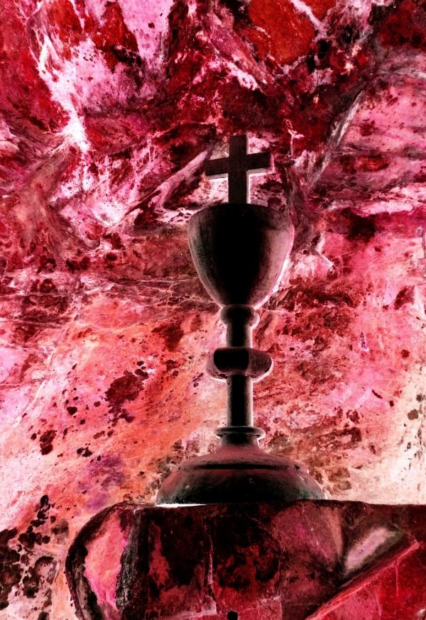 La roche coule le sang en buvant dans la calice