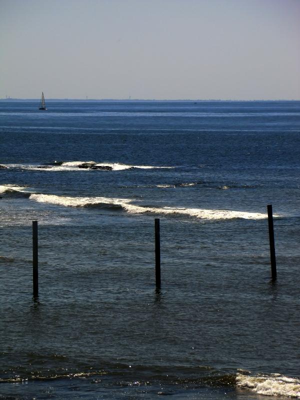 Les houles se limitent à la plage des surfeurs