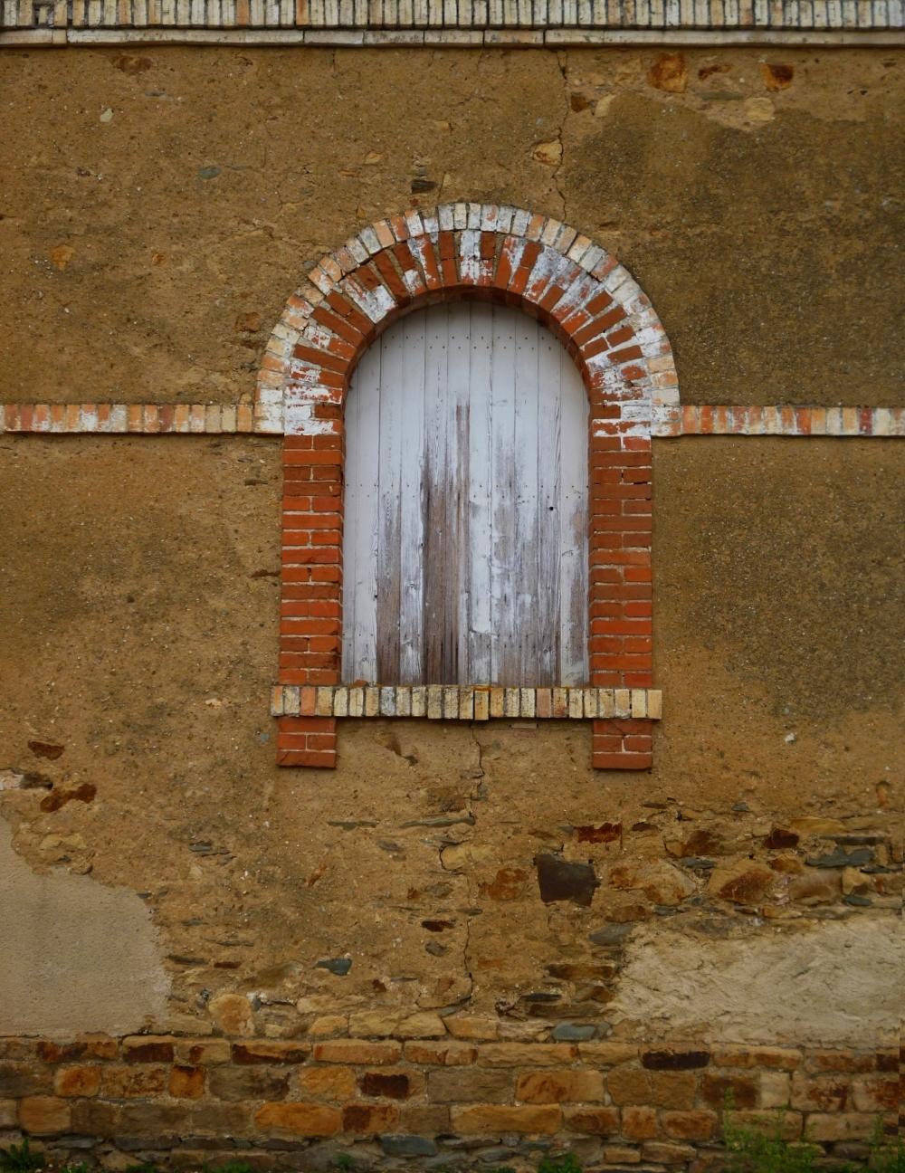 Une arcade de vieilles briques rayonne en lune
