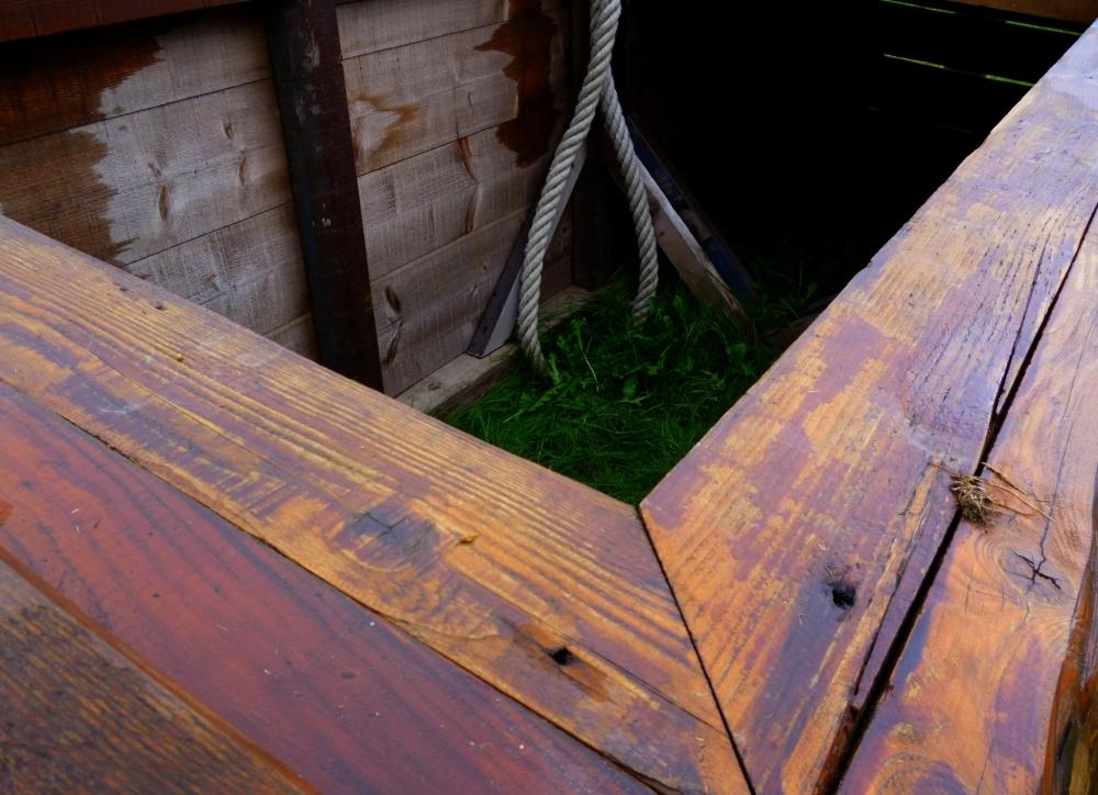 Attachant les bois afin d'enrouler la corde...