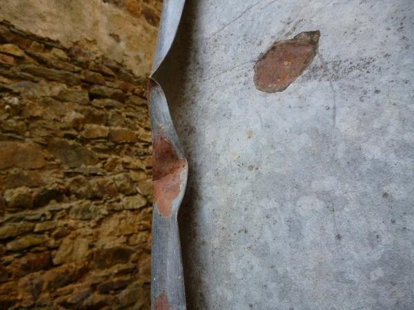 La pierre se revêt esthétiquement d'aluminium