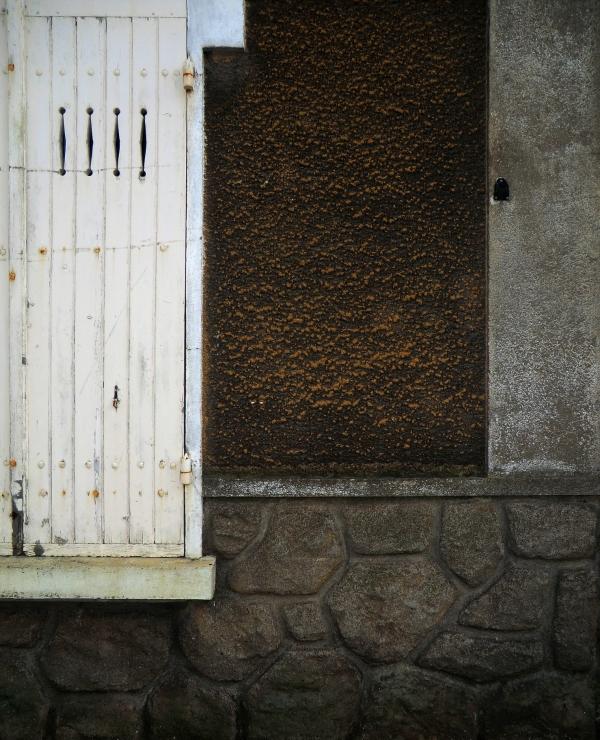 L'or de la terre où à la fenêtre s'entre-baille...