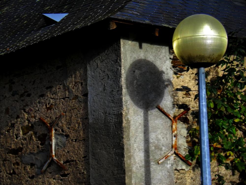 L'ombre s'identifie à la croisée de la lumière...