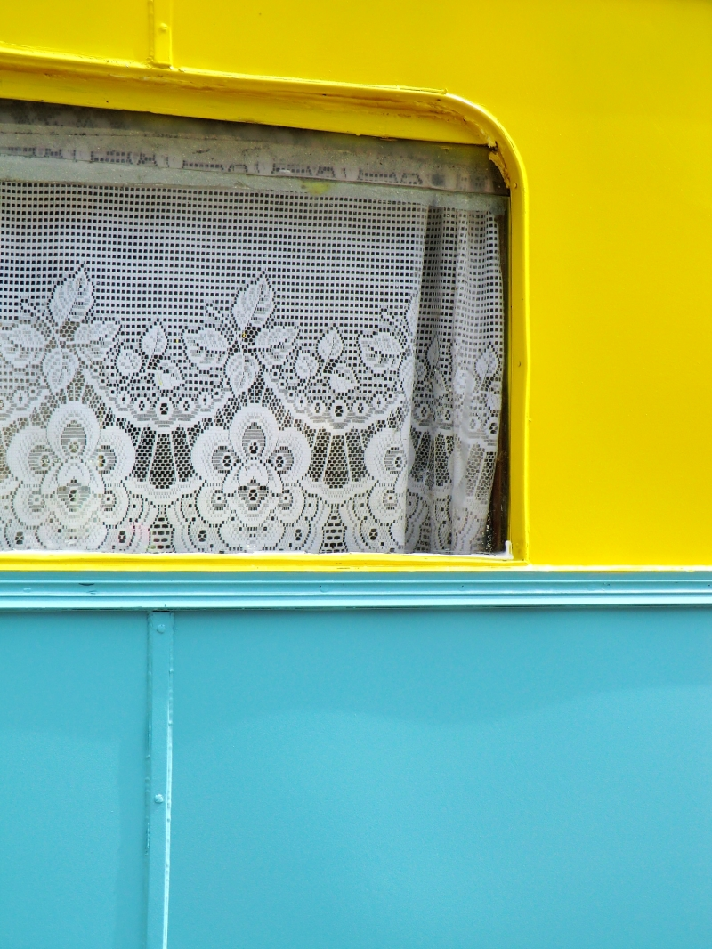 Du jaune soleil et bleu ciel à travers le rideau