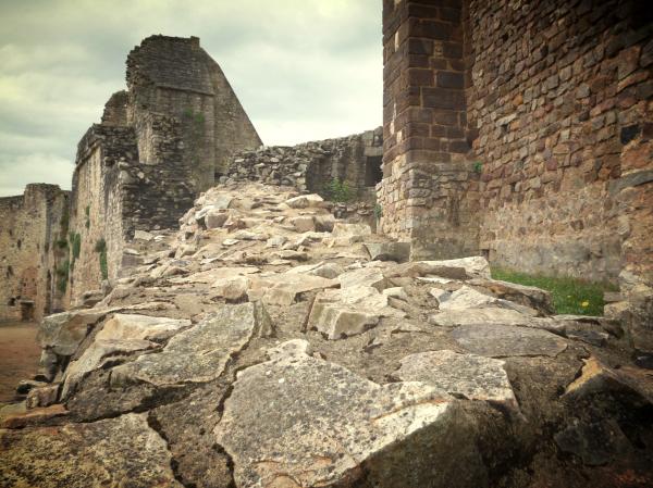 Monter à hauteur des ruines où le déluge s'étage