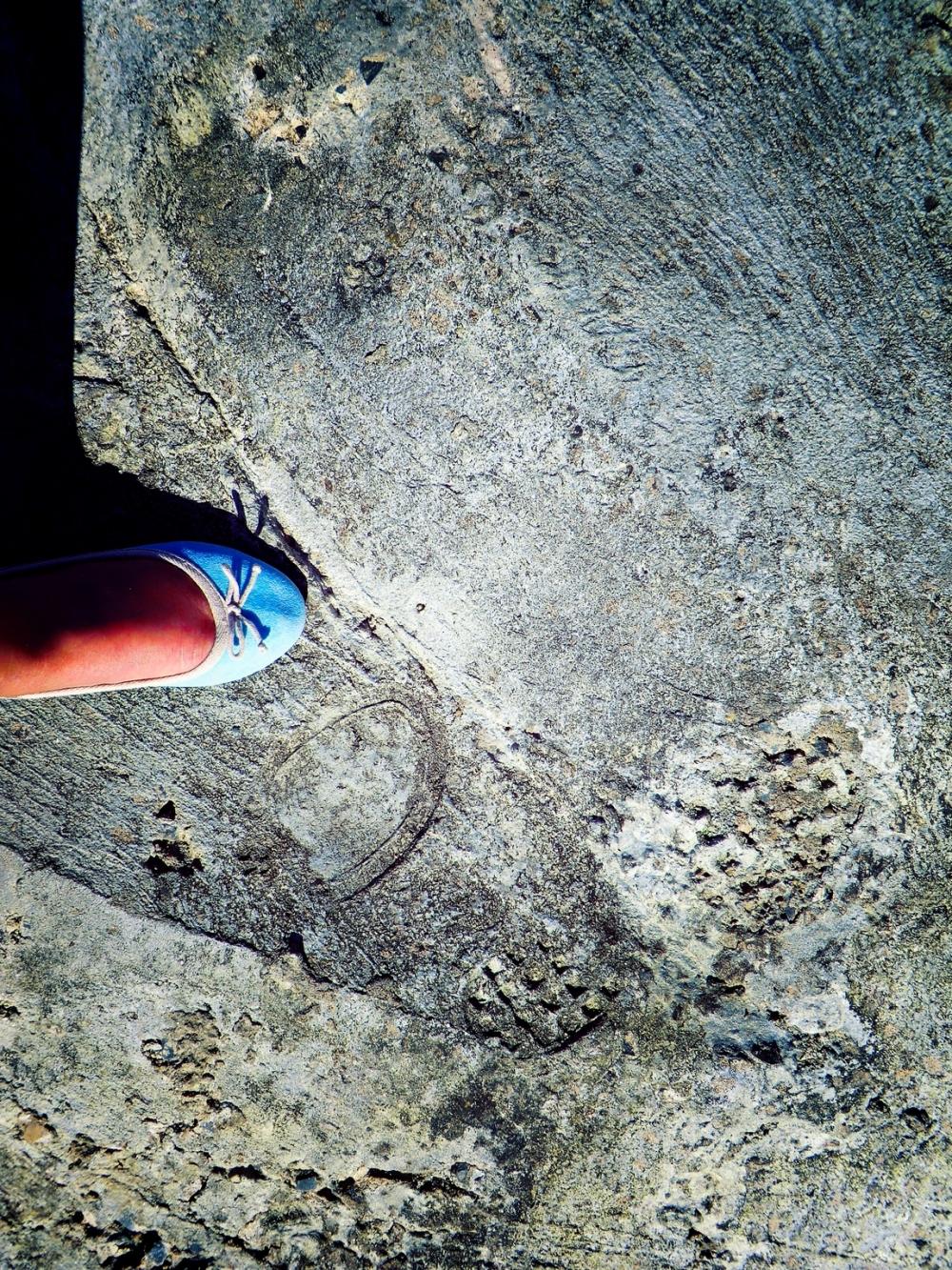 A deux pas de ma marche,les chevilles à terre...