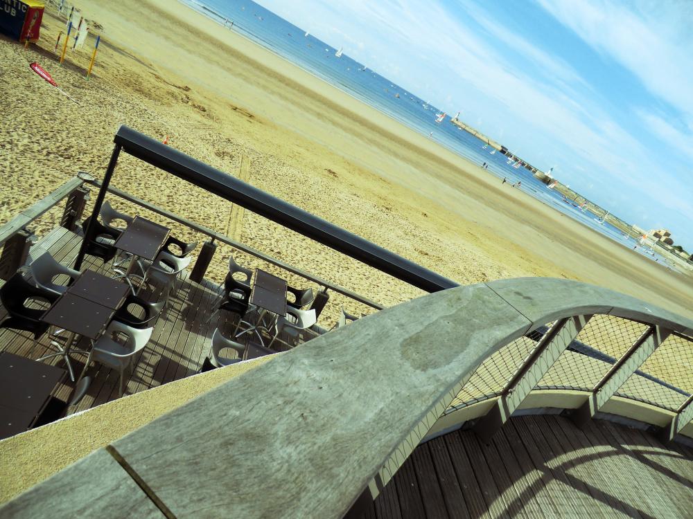 Se plonger sur une table panoramique sur la plage