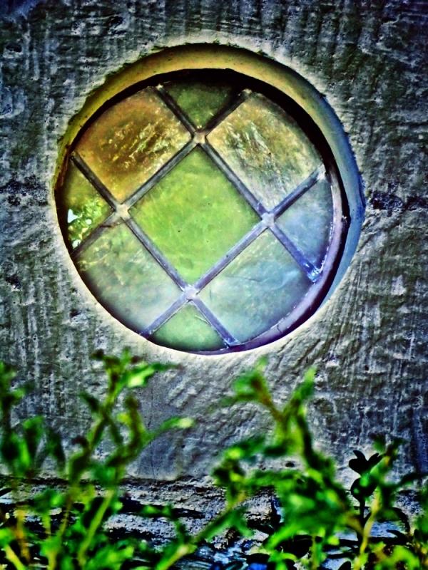 La lumière végétale abrite un vitrail de résines..