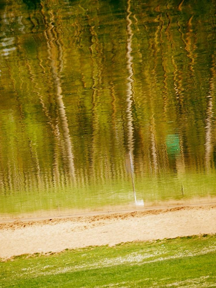 La plage de reflets du lac....