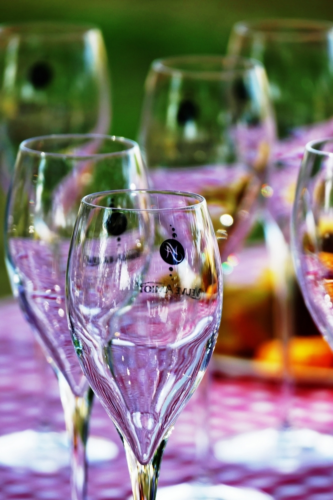 Son vin se verse dans son verre de joie...