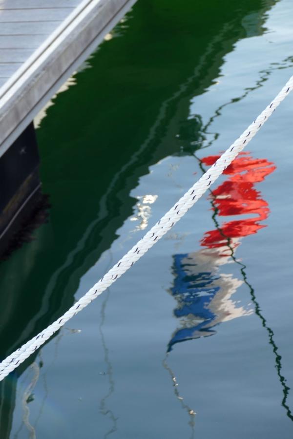 Drapeau tricolore se libère en tirant sur la corde