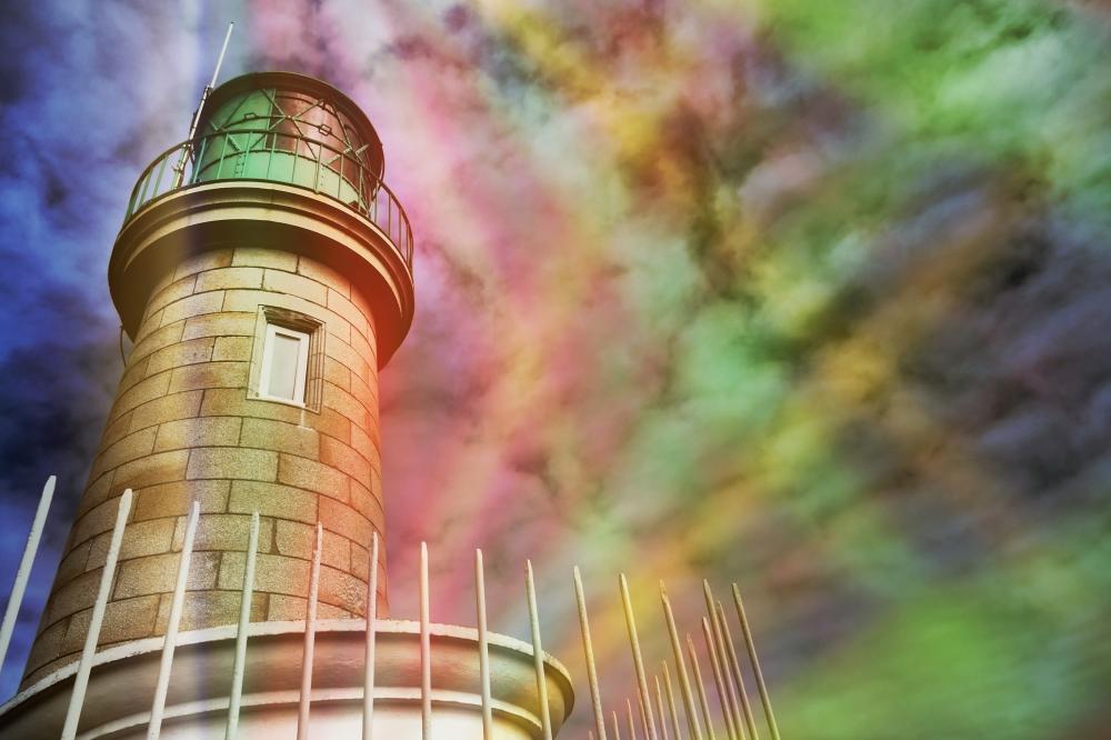 Le phare projette des diapositives sur les nuages