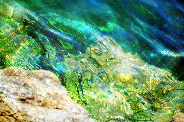 S'élève en vert changeant l'Océan lumineux...