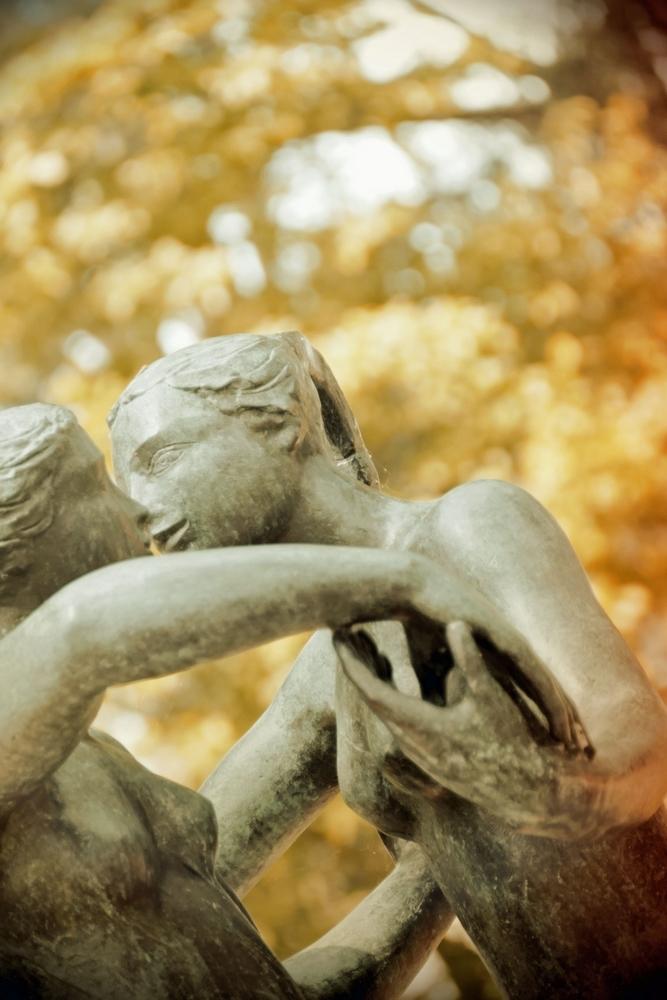Entremêler d'un baiser sur les seins...