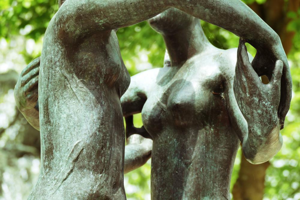Les mains entraînent les seins corps à corps...