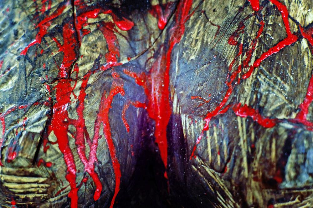 Le sang coule à longs flots de la poitrine ouverte