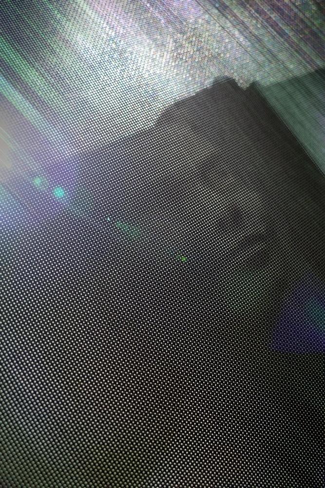 La lumière perce d'un trait ce visage ...