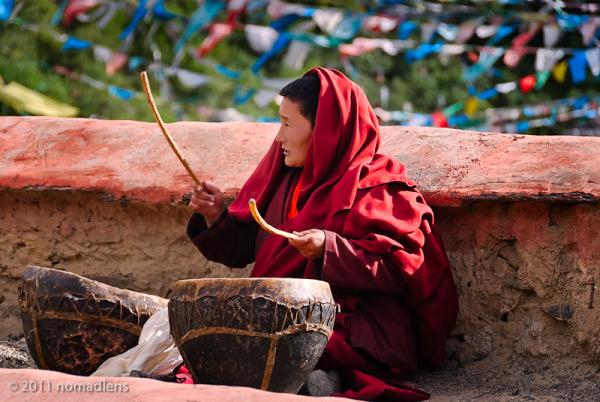 Nun drumming, Tidrum Nunnery, U, Tibet