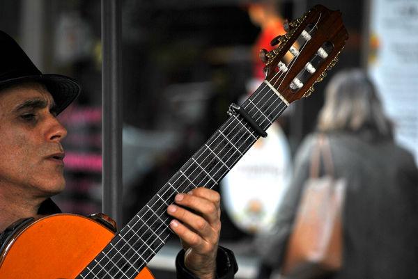 نوازندهی خیابانی
