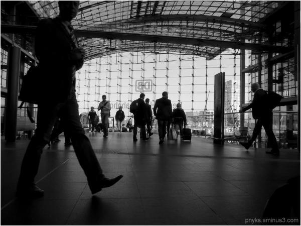 db station people berlin Hauptbahnhof