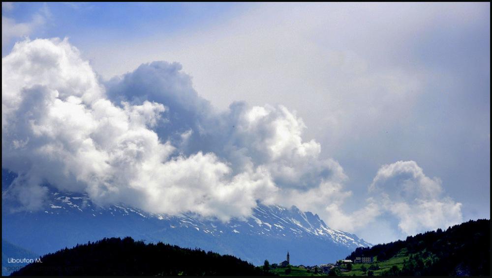 Enveloppée de nuages.
