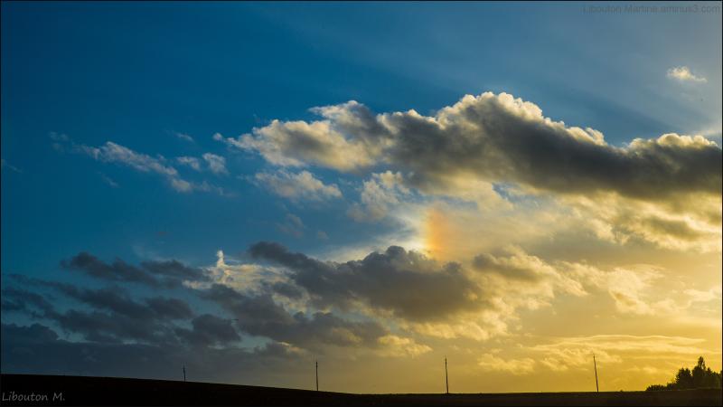 Les derniers rayons du soleil couchant.