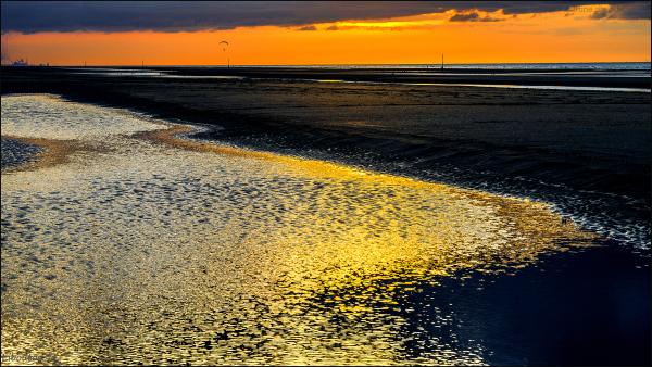Le soleil a déposé de l'or sur la plage
