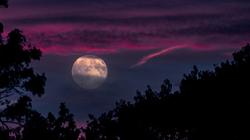 Quand la Lune se lève où le soleil se couche...