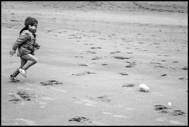 L'enfant à la mer , courir après l'écume ...